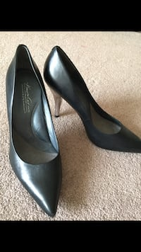 Pair of black leather pointed-toe pumps Edmonton, T6X