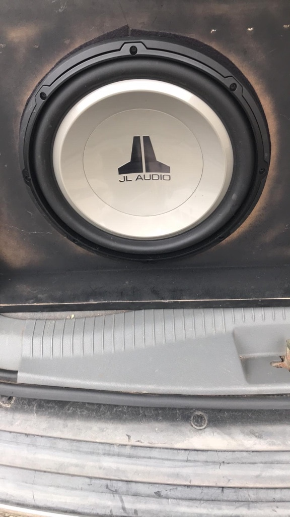 Photo 15 inch JL audio subwoofer and a 300 watt amp