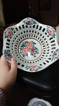 Must go! Decorative bowl. Good condition. Located in Simcoe. Pickup only.