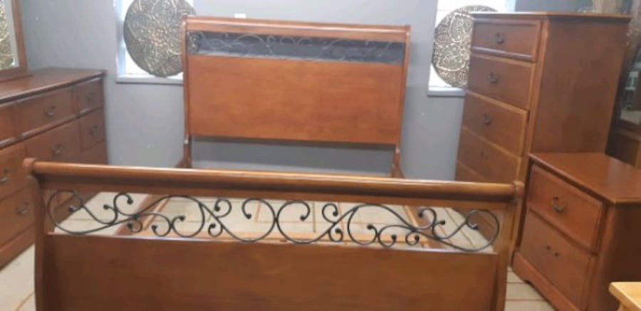 Queen bedroom set/delivery available 7edeff46-d0e7-44db-bb73-abaabd2df476