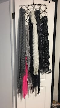 Lot of 8 scarves with rack Tay, L0K