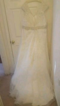 Capped sleeve wedding gown size 26  Hagerstown, 21742