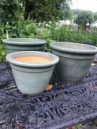 Pretty matching ceramic planters  Gambrills, 21054