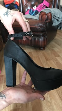 Paired black suede chunky heeled ankel sko