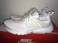 Pair of white nike running shoes with box Chula Vista, 91911