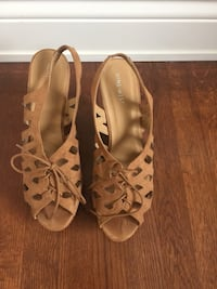 Pair of brown peep-toe heels Montreal, H3M 1S2