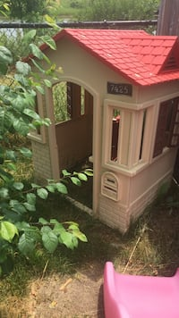 white and red plastic outdoor playhouse Lincoln, L0R