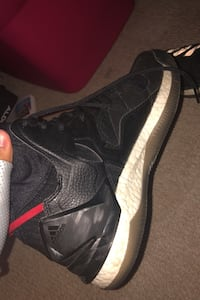 Size 10 basketball shoes used a couple of times 8/10 condition Toronto, M6M 1C5