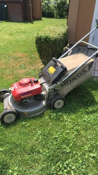 Honda lawnmower in excellent condition ,cables need adjusting and blade needs sharpening starts like a new machine   Richmond Hill, L4C 3T3