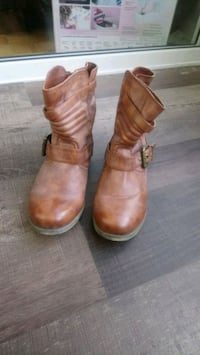 Pair of brown leather round toe boots Mississauga, L4Z 4H4