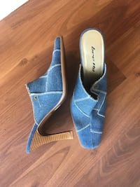 Pair of blue peep-toe heels Maple Ridge, V4R 1M7