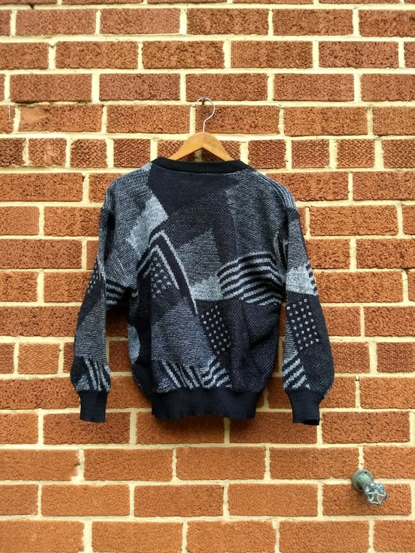 black and gray geometric sweater b1e9f681-eb5c-4bad-b2ac-c311eacded95
