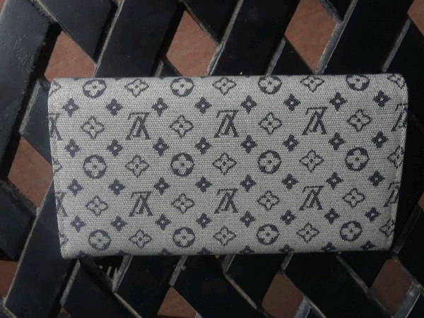 white and gray Louis Vuitton leather wallet 892f4ff0-fc4f-42ec-b936-fabfb347ae33