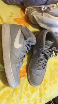 Pair of gray nike low-top sneakers Indianapolis, 46227