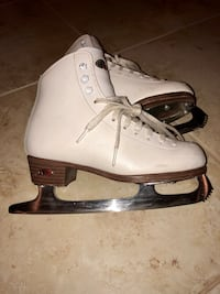 Youth Riedell Ice Skate set AND pink blade protectors Palmetto Bay, 33158
