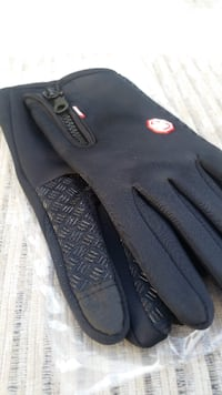 brand new waterproof Mens Touchscreen/ winter gloves (medium + large)