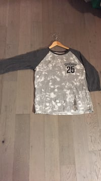 gray and white Chicago 25 long-sleeved top