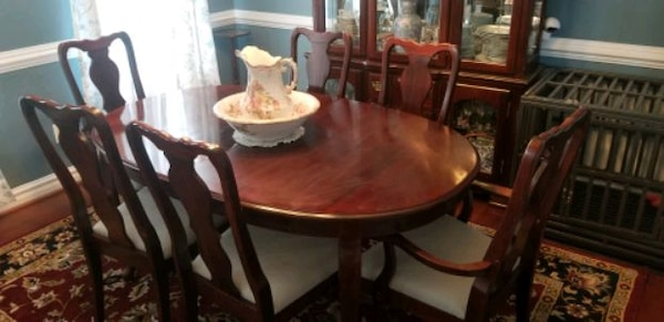 Dining Room Set.   6 chairs, hutch, table with leaf. 57d7e3be-17ae-4077-8225-441370306e40