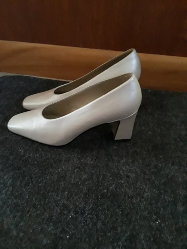 Dress Pumps / Shoes size 7. Off-White, Like New, Cream Colored Pumps  0