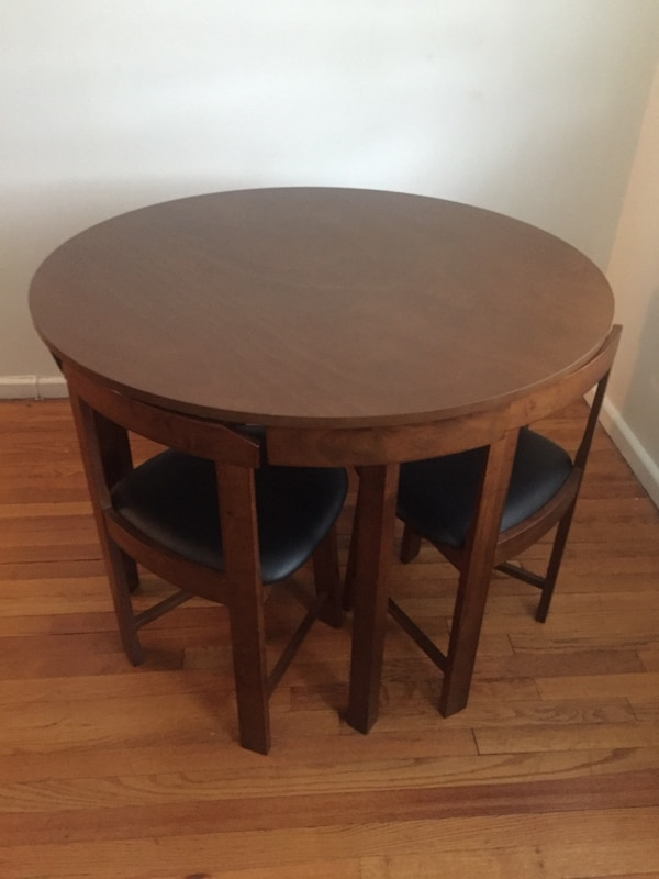 Round brown wooden side table in excellent condition 2e56f9d9-df5f-4344-a969-260c17a2cf69