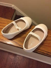 pair of white-and-brown flip-flops Toronto, M9W 2P1