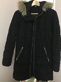 svart och brun zip-up parka coat