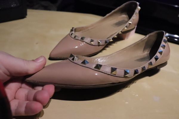 pair of white leather flats c140ca23-622d-4521-8830-163466e38ba2