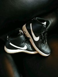 pair of black-and-white Nike basketball shoes Early, 76802