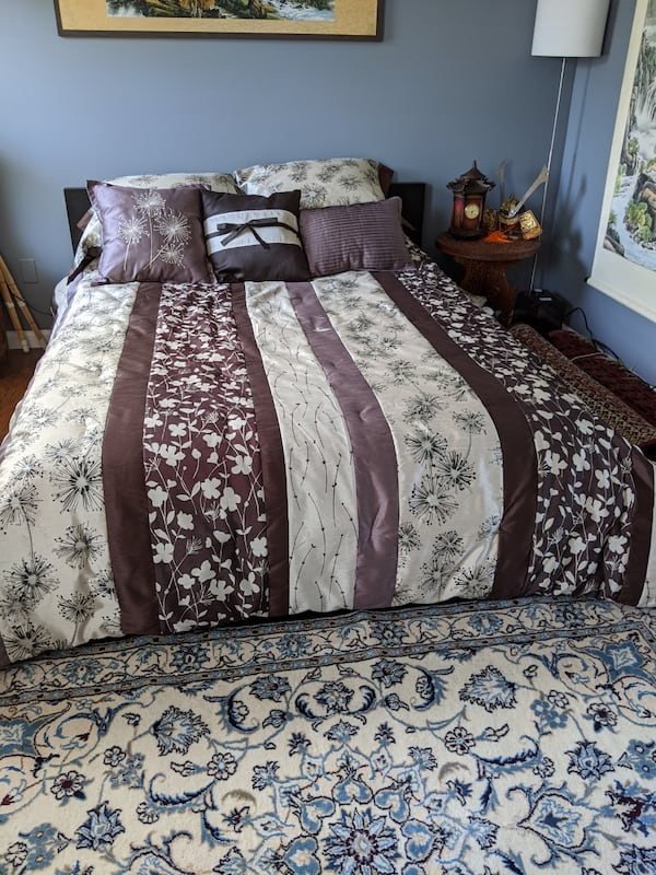 Queen bed with mattress, comforter, 5 pillows with covers 10dfa413-a85a-47f8-9945-24a9b2ad5349