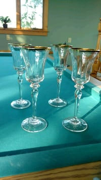 two clear glass candle holders Thurmont, 21788