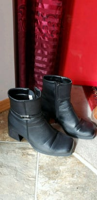 pair of black leather side-zip boots 3134 km
