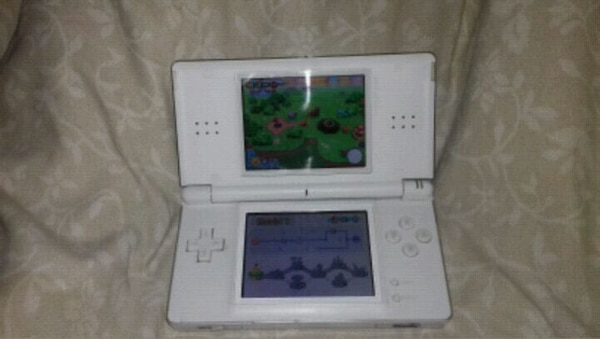 White  nintendo dsi with over 4000 games