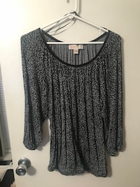 gray and black scoop-neck long-sleeved shirt