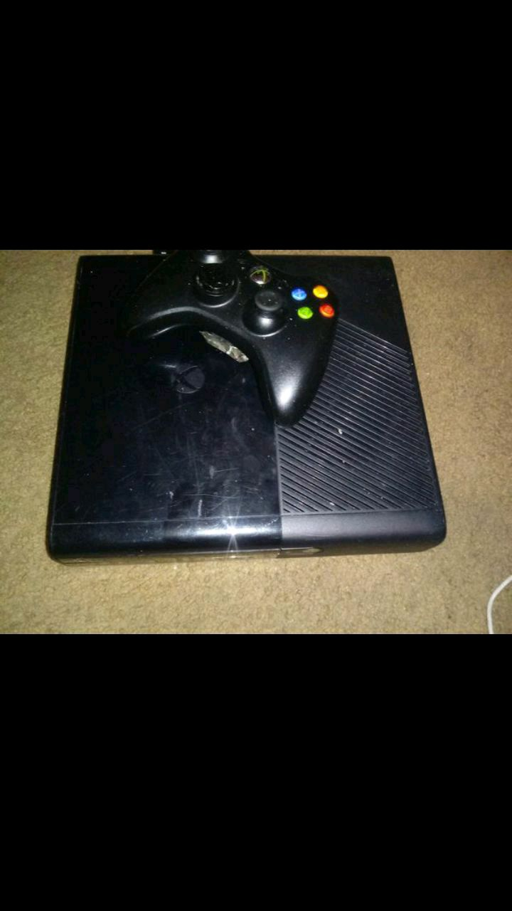 black Xbox 360 console with controller for sale  Petersburg