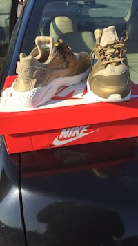Pair of gold nike air huarache shoes with box Linden, 07036