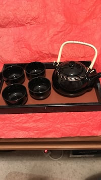 Tea pot w/4 cups and serving tray