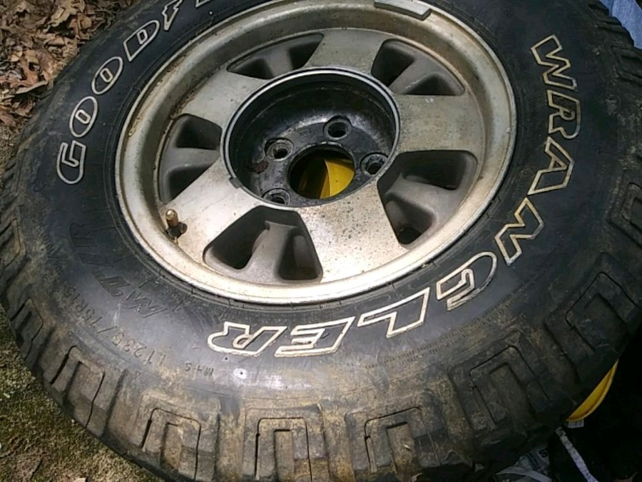 Photo Tire -Chevy 15 inch 235/75 tire and rim