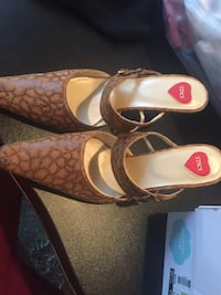 Pair of brown leather pointed-toe pumps Detroit, 48224