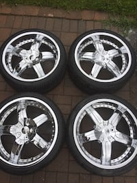Chrome 5-spoke car wheel with tires Toronto, M1P
