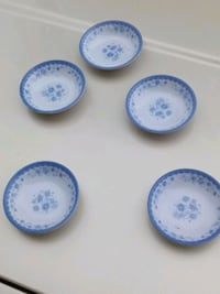 white-and-blue plastic plates Paris, 38242
