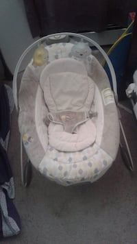 baby's white and gray bouncer Cambridge, N1S