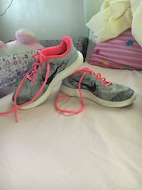 pair of gray-and-pink Nike running shoes Manito, 61546