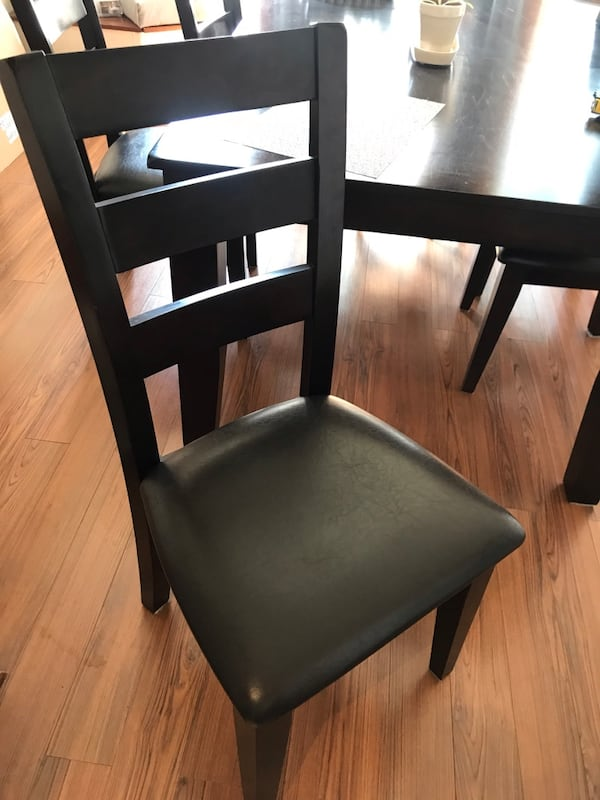 Table and 6 chairs  3fbcd11f-70bb-4f19-9938-1639c36b0cb1