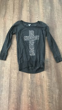 gray cross crew-neck shirt  1065 mi