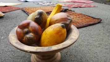 Ceramic fruit bowl with 6 pieces of large fruit