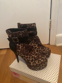 Pair of black-and-brown leopard print boots 220 mi