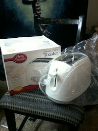 white Deluxe Betty Crocker 2-slice toaster with box