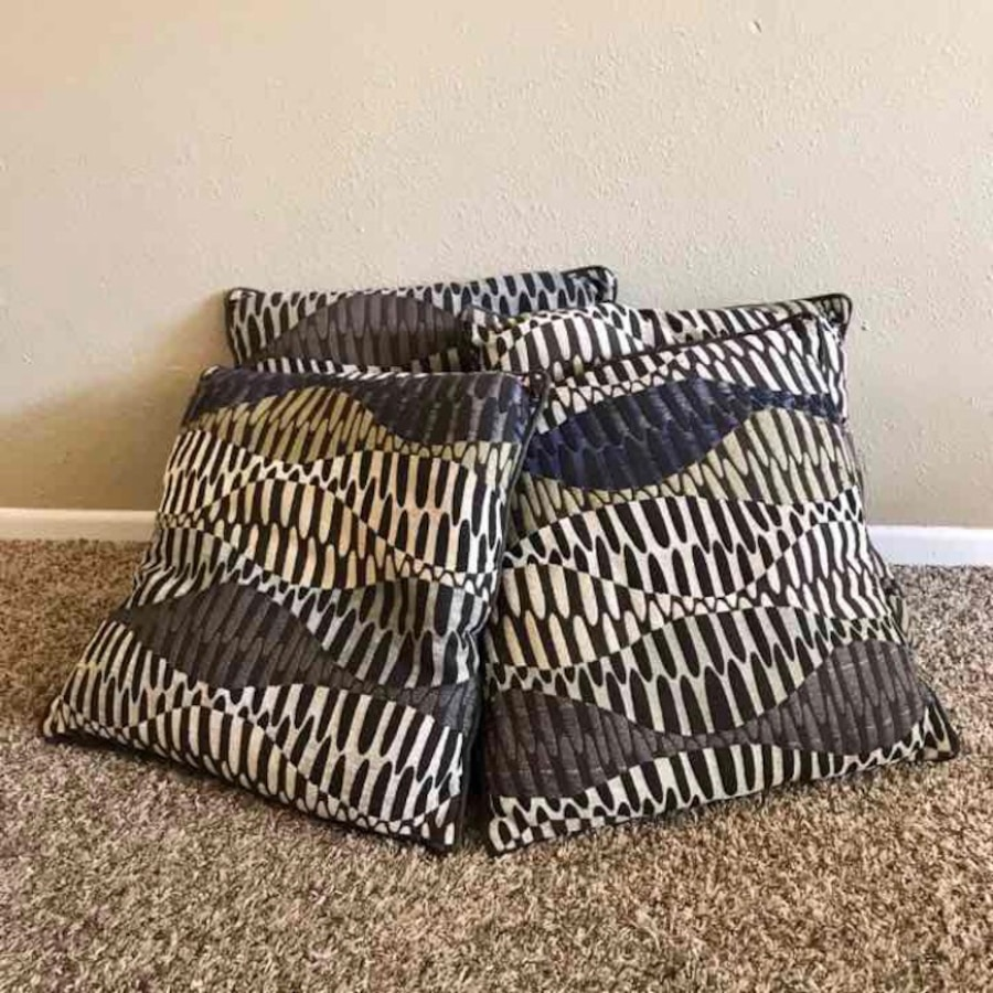 Throw Pillows Set Of 4 : set of 4 decorative pillows in Loveland - letgo