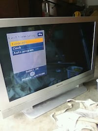 black flat screen TV with remote Morris, 60450