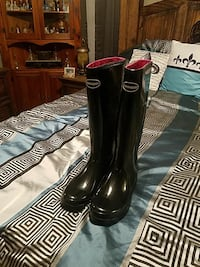 pair of black women boots size 10
